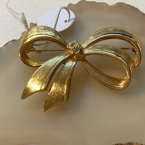 Ribbon Avon brooch with rhinestones